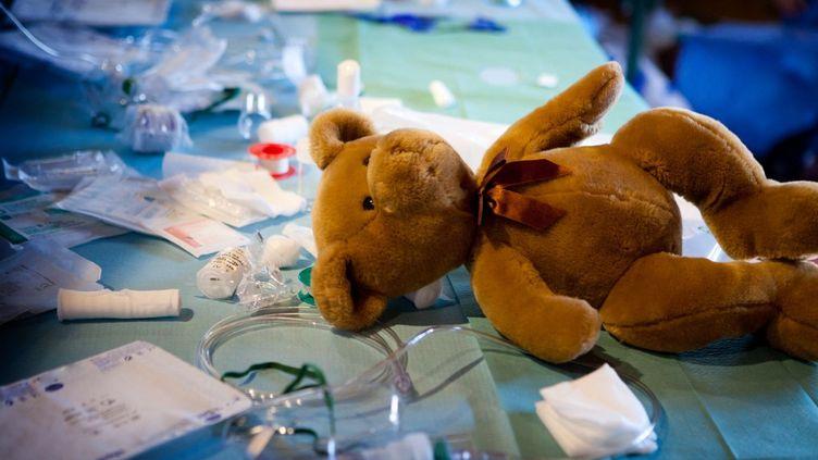 Un ourson en peluche dans un hôpital, en décembre 2020. (AMELIE BENOIST / IMAGE POINT FR / AFP)