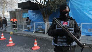 Un policier turc monte la garde devant la discothèque Reina à Istanbul, le 1er janvier 2017. (HUSEYIN ALDEMIR / REUTERS)