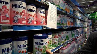 Certains lait Lactalis sont toujours en magasin malgré la demande de les retirer après des contaminations de salmonelles. (MAXPPP)
