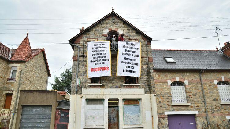 Des affiches avaient été installées aux fenêtres de la maison de Maryvonne, le 8 mai 2015 à Rennes (Ille-et-Vilaine). (CITIZENSIDE / KÉVIN NIGLAUT / AFP)
