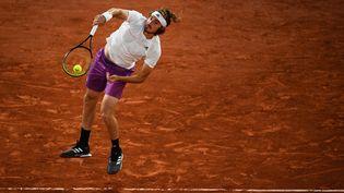 Stefanos Tsitsipas s'est qualifié en huitième de finale de Roland-Garros en battant John Isner au troisième tour. (CHRISTOPHE ARCHAMBAULT / AFP)