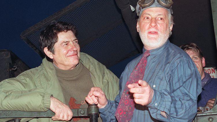 Jean-Pierre Mocky avec Michel Serrault, l'un de ses acteurs fétiches, à la gare de l'Est le 14 février 1990. (DERRICK CEYRAC / AFP)