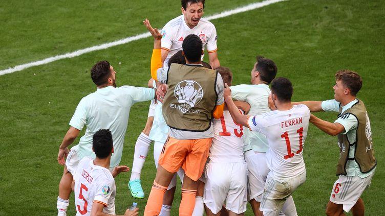 Mikel Oyarzabal célèbre avec ses coéquipiers le cinquième but espagnol face à la Croatie, le 28 juin 2021. (WOLFGANG RATTAY / AFP)