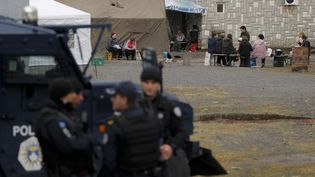 Une unité d'opérations spéciales de la police du Kosovo patrouille dans la zone proche du poste frontière entre le Kosovo et la Serbie à Jarinje, Kosovo, 28 septembre 2021. (VALDRIN XHEMAJ / EPA)