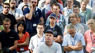 Les salariés d'Alstom à Belfort (Territoire de Belfort) assistent à une assemblée générale, devant leur usine, mardi 13 septembre 2016. (SEBASTIEN BOZON / AFP)