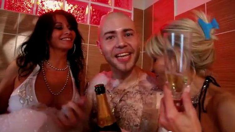 """Capture d'écran du clip """"Fontaine de jouvence"""" de Novia, avec Véronique Bonazzola (G.) (FRANCETV INFO )"""