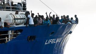 """Des migrants secourus en Méditerranée sur le navire humanitaire allemand """"Lifeline"""", le 22 juin 2018. (HERMINE POSCHMANN / MISSION LIFELINE)"""