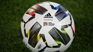 Le ballon de match officiel lors du match de football du groupe 4 de l'UEFA Nations League A entre l'Espagne et la Suisse au stade Alfredo Di Stefano de Valdebebas, à Madrid, le 10 octobre 2020. (GABRIEL BOUYS / AFP)
