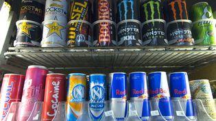 Des canettes de boissons énergisantes dans un supermarché à San Diego (Etats-Unis). (EARL S. CRYER / MAXPPP)