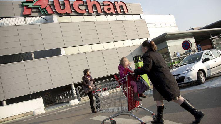 Partout en France, des mères ou des pères seuls avec enfants sont rejetés des magasins ou disent être victimes de propos insultants ou intimidants. (VINCENT ISORE / MAXPPP)