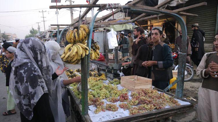 Des femmes achètent des fruits sur un marché, à Kandahar, en Afghanistan, jeudi 23 septembre 2021. (BILAL GULER / ANADOLU AGENCY / AFP)
