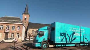Les services publics vont à la rencontre des habitants dans les villages où ils ont disparu. Les journalistes de France 3 se sont rendus dans le Nord où un car quidesserre trois communes vient d'être inauguré. (FRANCE 3)