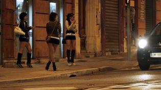Des prostituées dans une rue à NIce, le 28 mars 2013 (photo d'illustration). (VALERY HACHE / AFP)