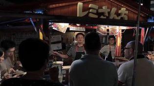 """On estime à environ 10 000 le nombre de Français vivant au Japon. Parmi eux, Rémy Grenard vit sur l'archipel depuis dix-huit ans. Ce cuisinier tient un """"yatai"""", une échoppe traditionnelle japonaise. (France 2)"""
