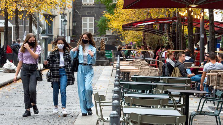 Des passantes masquées dans une rue de Clermont-Ferrand (Puy-de-Dôme), le 22 octobre 2020. (THIERRY ZOCCOLAN / AFP)