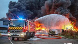Un camion de pompiers intervient sur l'incendie sur l'usine de Lubrizol à Rouen, le 26 septembre 2019. (HO / SDIS)
