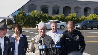 Le shérif du comté de San Diego (Etats-Unis) Bill Gore donne une conférence de presse après l'attaque d'une synagogue, samedi 27 avril 2019 à Poway, en Californie. (SANDY HUFFAKER / AFP)