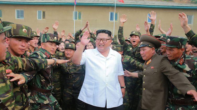 Le dirigeant nord-coréen Kim Jong-un lors d'une inspection militaire dans son pays, le 30 juin 2018. (STR / KCNA VIA KNS / AFP)