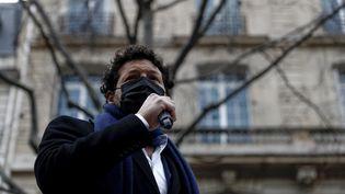 Arié Alimi, un des avocats de la famille de Cédric Chouviat, lors d'une marche blanche, le 3 janvier, un an après la mort du chauffeur-livreur de 42 ans,à la suite d'un contrôle de police. (SAMEER AL-DOUMY / AFP)
