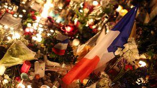 Fleurs et bougies en hommage aux victimes des attentats du 13 novembre, place de la République, à Paris, le 15 novembre 2015. (MAXPPP)