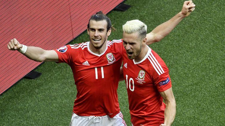 Les Gallois Gareth Bale et Aaron Ramsey, lors de la victoire du pays de Galles sur l'Irlande du Nord, le 25 juin 2016 à Paris. (PHILIPPE LOPEZ / AFP)