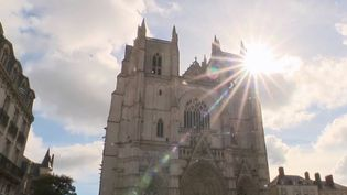 En 1972, la cathédrale de Nantes (Loire-Atlantique) avait été frappée par un incendie similaire à celui de Notre-Dame. Cela avait déjà été l'occasion d'en tirer des leçons et de faire évoluer la sécurité des cathédrales. (FRANCE 2)