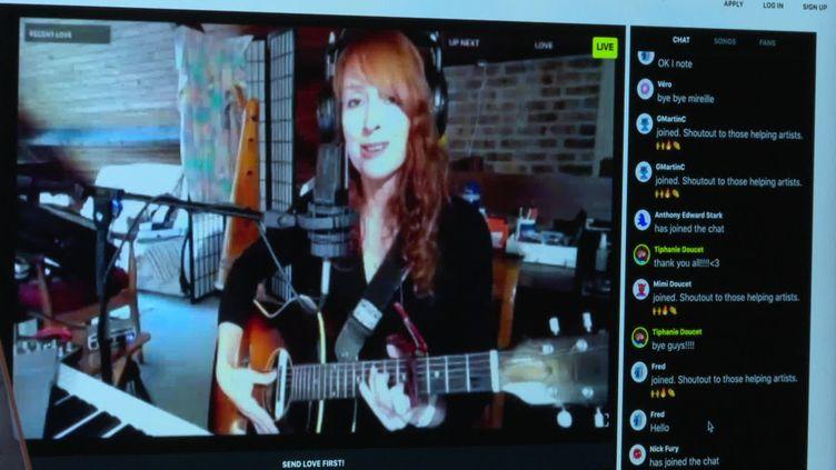 La chanteuse Tiphanie Doucet dans son studio près de Paris. (FRANCE 3)
