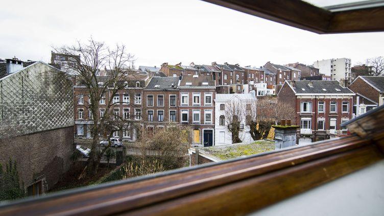 Des immeubles de la rue de la Colline à Verviers (Belgique) où a eu lieu une opération antiterroriste jeudi 15 janvier qui s'est soldée par deux morts et un blessé. (VALERIE KUYPERS / AFP)