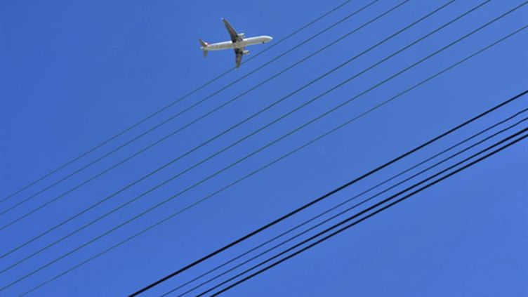 Un avion amorçant sa descente. (AFP / Frank Perry)