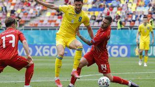Roman Yaremchuk (en jaune) etDarko Velkovski (en rouge) à la lutte lors d'Ukraine-Macédoine du Nord, le 17 juin 2021. (ROBERT GHEMENT / POOL)