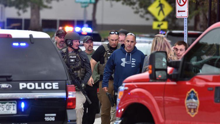 Des agents des forces de l'ordre près du lieu d'une fusillade qui a fait un mort et huit blessés, le 7 mai 2019 à Highlands Ranch, dans le Colorado (Etats-Unis). (TOM COOPER / GETTY IMAGES NORTH AMERICA / AFP)