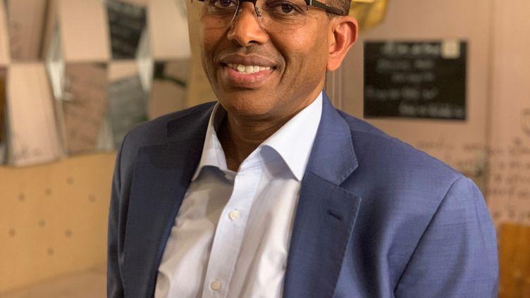 Ismail Ahmed, le fondateur et patron de WorldRemit, entreprise britannique spécialisée dans le transfert d'argent, dans un café parisien le 30 janvier 2018. (Nazim Damardji)