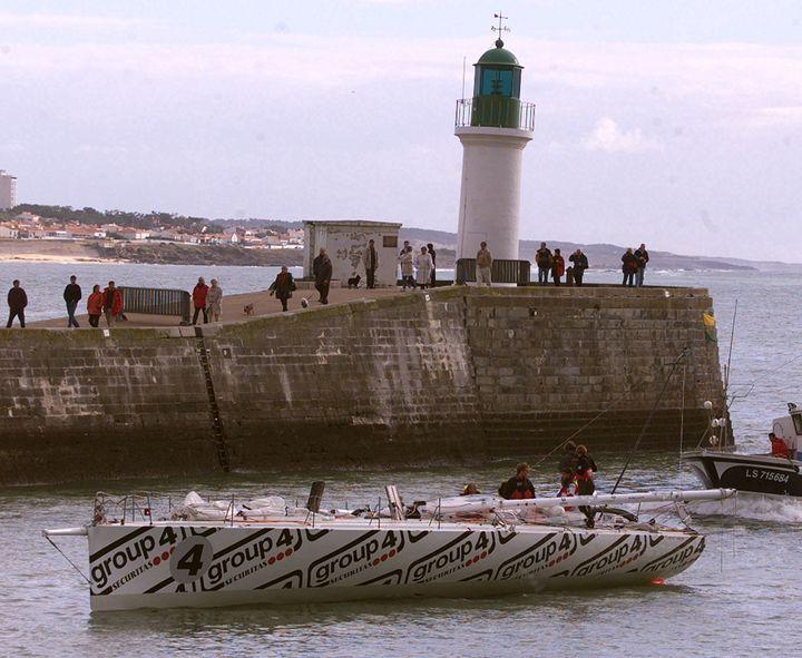 """Le monocoque """"Group 4"""" de Mike Golding de retour aux Sables d'Olonne le 10 novembre 2000 après avoir démâté la veille, jour du départ du Vendée Globe. (MARCEL MOCHET / AFP)"""