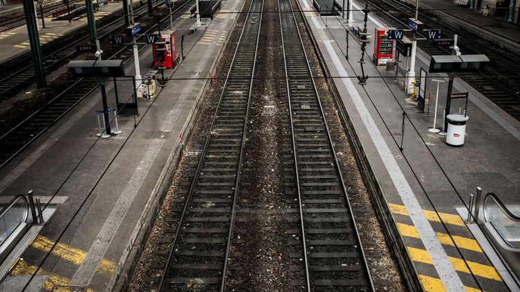 Les rails de la gare Lyon-Perrache, en juin 2016. (JEFF PACHOUD / AFP)
