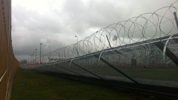 La nouvelle barrière anti-migrants de Calais, arrachée par le vent, le 27 décembre 2014. (BARBARA SIX / FRANCE 2)