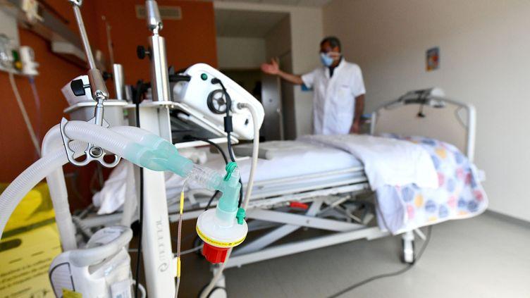Un appareil de respiration artificielle, le 25 mars 2020 dans une clinique de Brive (Corrèze). (MAXPPP)