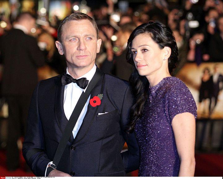 """Daniel Craig, le bras en écharpe lors de la première de """"Quantum of Solace"""", le 29 octobre 2008 à Londres. La star est aux côtés de la productriceSatsuki Mitchell, sa compagne de l'époque. (FAMOUS-ACE PICTURES / NEWSCOM / SIPA)"""