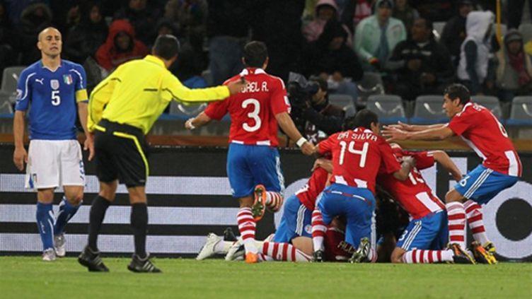 Les Paraguayens célèbrent leur but contre l'Italie (KARIM JAAFAR / AFP)