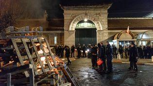 Des suveillants de la prison de Fresnes (Val-de-Marne), vendredi 19 janvier 2018. (JULIEN MATTIA / NURPHOTO / AFP)
