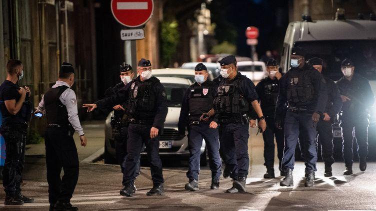 Des policiers après le meurtre du policier à Avignon, mercredi 5 mai. (CLEMENT MAHOUDEAU / AFP)