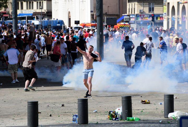Un supporter anglais, lors des émeutes en marge du match Angleterre-Russie de l'Euro 2016 à Marseille. (LEON NEAL / AFP)