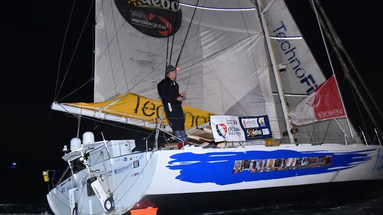 Sébastien Destremau franchit la ligne d'arrivée du Vendée Globe. (JEAN-FRANCOIS MONIER / AFP)
