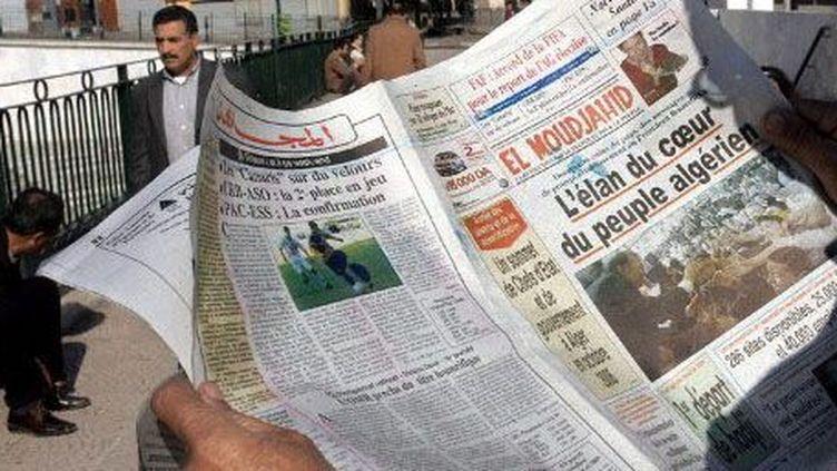 Un lecteur du journal El Moudjahiddans le centre d'Alger (16-12-2005) ( AFP - FAYEZ NURELDINE)