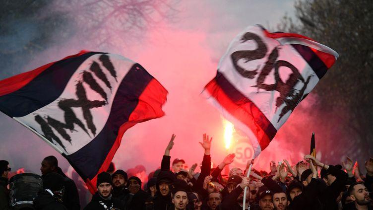 Les Ultras du Paris Saint-Germain devant le Parc des Princes.  (JULIEN MATTIA / ANADOLU AGENCY)