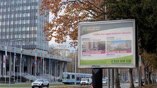 Un panneau publicitaire à Grenoble (Isère), le 25 novembre 2014. (JEAN-PIERRE CLATOT / AFP)