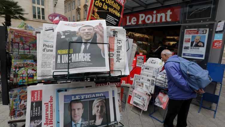 Un kiosque à journaux pendant l'entre-deux-tours de l'élection présidentielle, à Nice (Alpes-Maritimes), le 24 avril 2017. (ERIC GAILLARD / REUTERS)