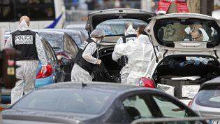 Les experts de la police scientifique arrivent au Bataclan, à Paris, le 14 novembre 2015. (CHARLES PLATIAU / REUTERS)