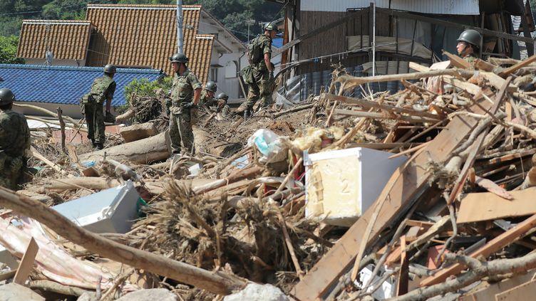 Des forces militaires japonaises continuent leurs recherches, le 12 juillet 2018, à Kure dans la province d'Hiroshima (sud-ouest du pays). (JIJI PRESS / AFP)