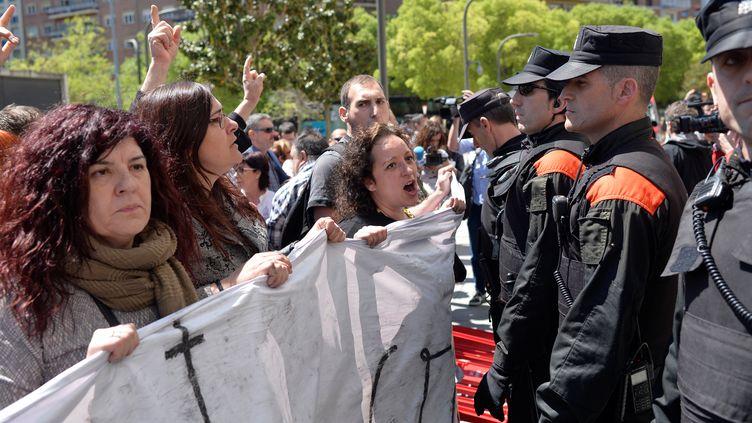 Desmanifestants devant le tribunal de Navarre (Espagne), le 26 avril 2018, protestent contre l'énoncé d'un verdict. (VINCENT WEST / REUTERS)
