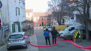 Depuis mercredi 8 janvier au soir, un forcené s'est retranché dans une maison à Esparron de Pallières, dans le Var. L'homme est armé et retient sa fille. (FRANCE 2)